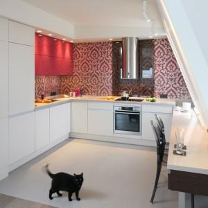 Kuchnia otwarta na pokój: z białymi meblami kuchennymi
