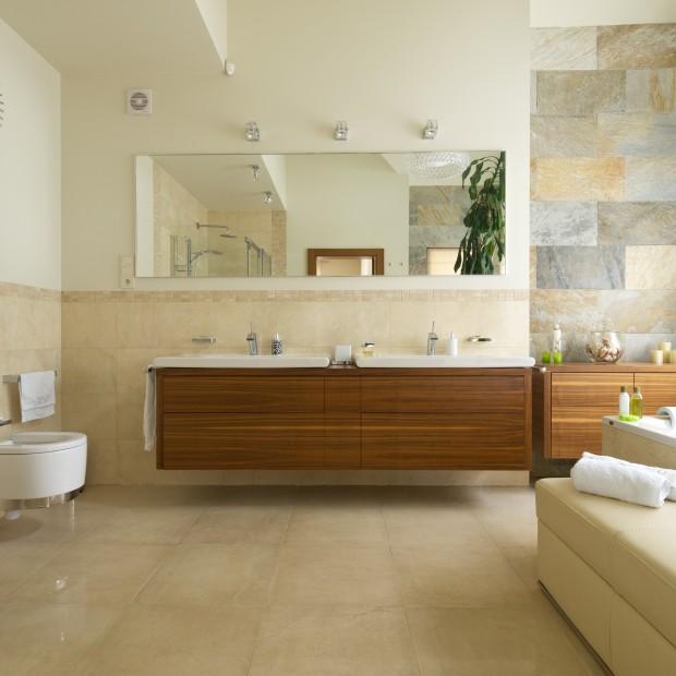 Łazienka w ciepłych kolorach. Przestrzenny salon kąpielowy