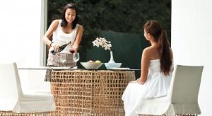 Ręcznie plecione meble z włókien naturalnych marki Kennet Cobonpue rozpoznawane są na całym świecie. Pracochłonne, organiczne fotele czy sofy przypominają dzieła sztuki stworzone przez naturę. Zachwycają nie tylko miłośnik&oacut