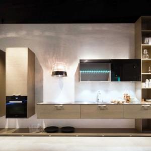 Nowoczesne, futurystyczne rozwiązanie dla miłośników niestandardowych pomysłów.  Otwierane elektrycznie szafki sprawdzą się zarówno w kuchni, jak i w innych pomieszczeniach. Podświetlenie LED i przeszklenia w różnych kolorach gwarantują piękny, niepowtarzalny wygląd. Fot. Lome Meble.