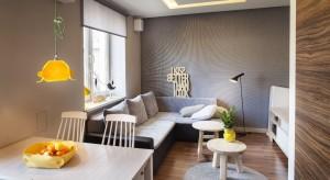 Małe mieszkanie w Łodzi mieści się w dwupiętrowym bloku z cegły z lat 50, położonym w zielonej okolicy na przedmieściach miasta.