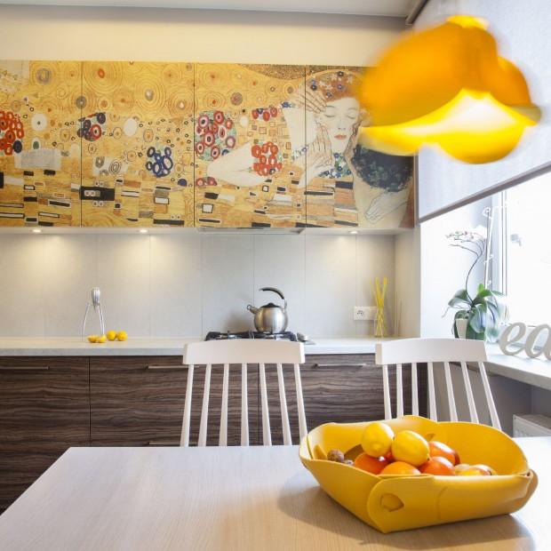 Małe mieszkanie w Łodzi: wyjątkowa kuchnia i wakacyjne kolory