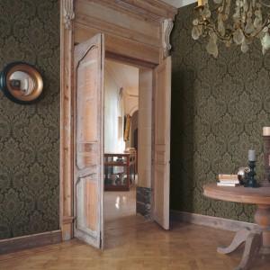 Chyba nie można sobie wyobrazić wnętrza w stylu retro bez tapety na ścianie. Fot. Casadeco.