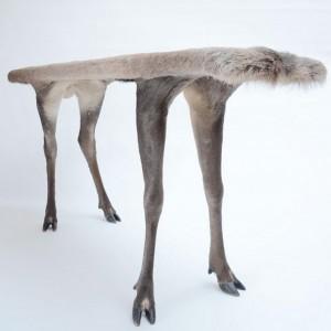 Stolik z kolekcji Orson wykonany z wypchanej sarny. Proj. i fot. Armin Blasbichler Studio.
