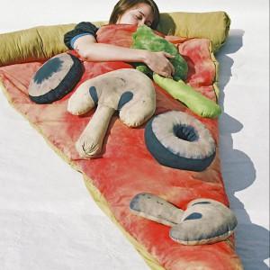 Pozostając w magicznym kręgu fascynacji fast-foodami. Pościel-śpiwór Pizza. Fot. Theawesomer.