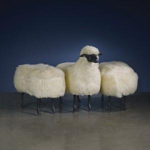 Claude i  François-Xavier Lalanne to twórczy duet francuskich artystów. Ich projekty, które gościły na wystawach na całym świecie, często odwołują się do świata zwierząt. Na zdjęciu siedziska Moutons.