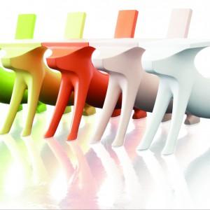 Krzesełka-stoliki w formie piesków. Fot. Mesmetric.