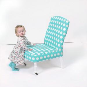 Czasem wejście na fotel wymaga pomocy rodziców. Fot. Cath Kidston.