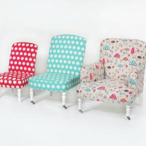 Chociaż fotele mają klasyczną formę, kolorowa tapicerka sprawia, że pasują wyłącznie do pokoju dziecka. Fot. Cath Kidston.