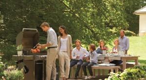 Długie, letnie wieczory spędzone przy żarzącym się grillu, przyjemny zapach dymu to okazja do spotkań i rozmów z przyjaciółmi.