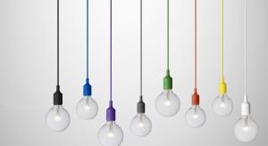 Proste, surowe formy w połączeniu ze szkłem, metalem czy betonem tworzą oryginalne połączenie. Zapraszamy do obejrzenia 12 propozycji lamp, które świetnie sprawdzą się w sypialni utrzymanej w stylu loft.