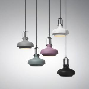 Metalowa, lakierowana lampa wisząca Copenhagen dostępna w kilku rozmiarach i kolorach. Fot. And Tradition.