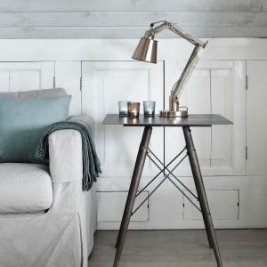 Lampa Retro Copper na stolik nocny wykonana z połączenia surowego drewna i metalu oraz materiałowego kabla. Lampka dostępna w kolorze białym oraz w kolorze miedzi. Fot.Nordal.