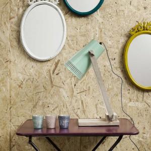 Lampka Retro możemy ustawić na stoliku nocnym lub zamontować na ścianie. Dostępna w wielu kolorach. Fot. Nordal.