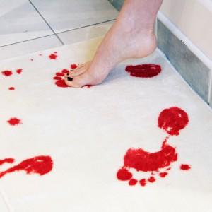 Dywanik łazienowy imitujący ślady krwi. Świetnie się sprawdzi np. w łazienkce gościnnej. Fot. 4gift.