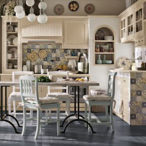 Jasna, świeża kuchnia z kolekcji Lipari w ciepłym, domowym klimacie. Fronty są drewniane, patynowane. Wycena indywidualna, Toncelli.