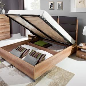Metalowy stelaż łóżka Fado z podnośnikami gazowymi umożliwia podnoszenie stelaża z materacem bez wysiłku.  Fot.Wajnert Meble.
