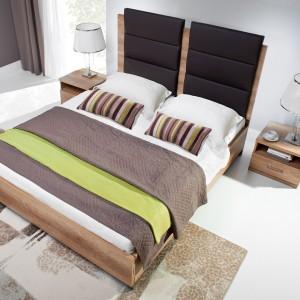 Łóżko Fado z pojemnikiem i tapicerowanym zagłówkiem, wykonane z płyty w kolorze dąb dziki. Wymiary (szer./gł./wys.): 146 / 209 / 120 cm. Fot. Wajnert Meble.