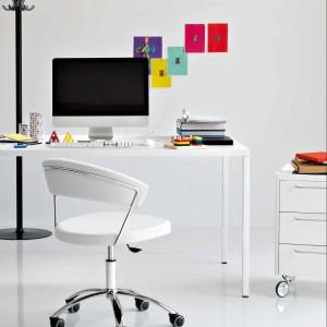 Kolorowe dodatki to prosty sposób na ożywienie nowoczesnego biura. Fot. Caligaris.