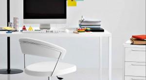 Turkusowa lampka na biurko, długopis w różowej oprawie czy myszka przypominająca biedronkę. Akcesoria te łączy jedno – potrafią odmienić wygląd domowego biura i wnieść do niego wiosenną energię.
