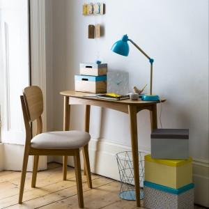 Turkusowa lampka i kolorowe pojemniki wzbogacą  nawet najbardziej skromne biuro. Fot. Sainsburys Home.