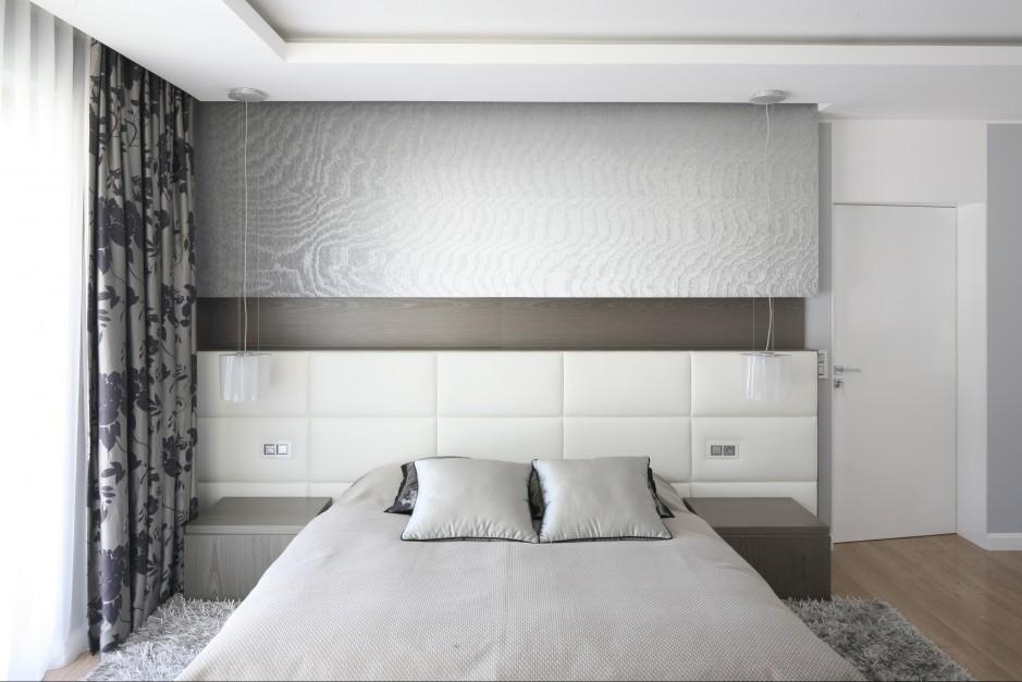 Trzy faktury na ścianie za wezgłowiem łóżka dobrze ze sobą współgrają. Proj. Agnieszka Hajdas - Obajtek. Fot.Bartosz Jarosz.