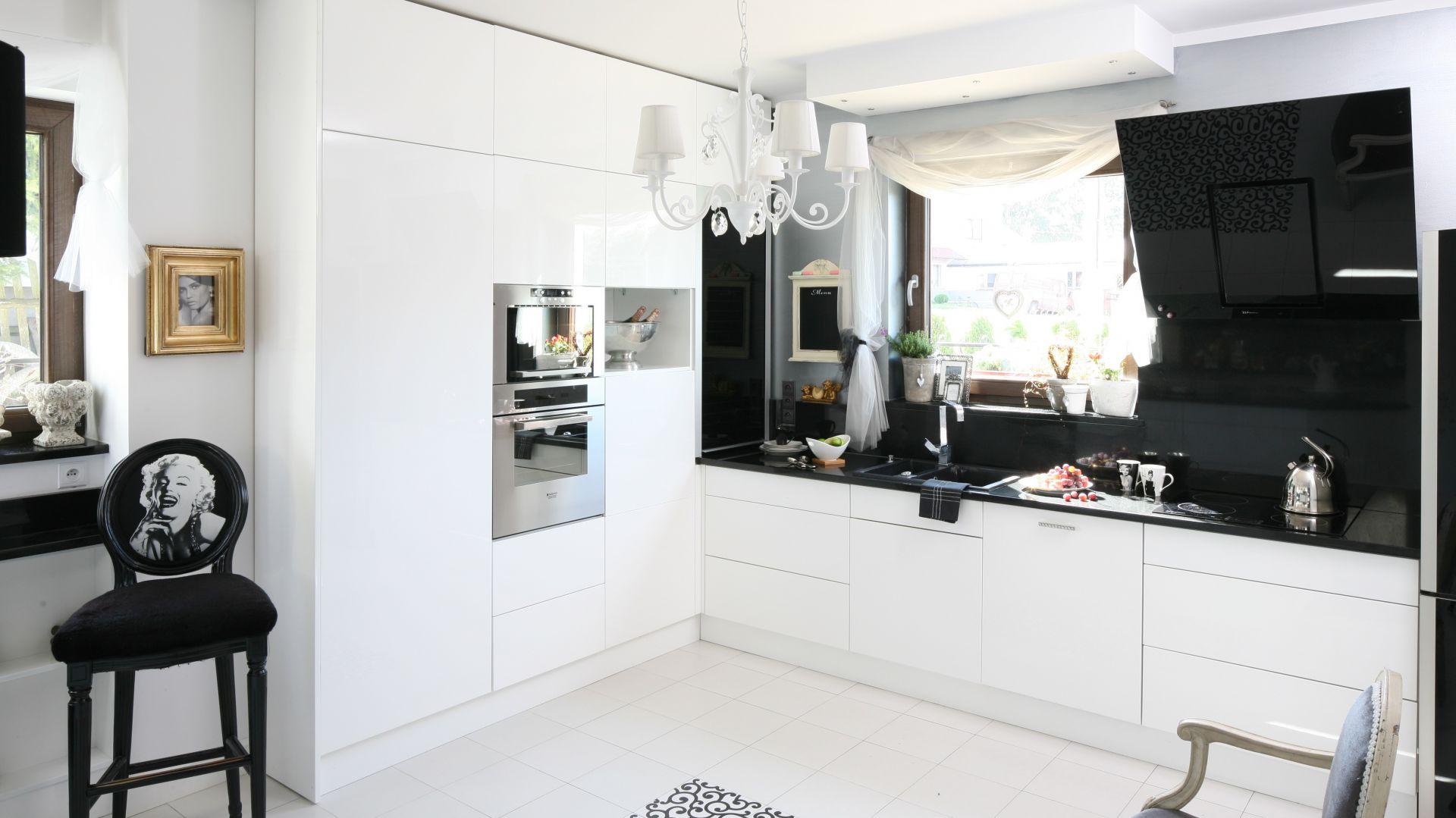 Przestronna, rodzinna Biało czarne kuchnie  eleganckie i nowoczesne Zo
