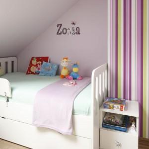 Ścianę przy łóżku zdobi napis z imieniem dziewczynki. Fot. Archiwum Dobrze Mieszkaj.