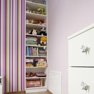 Dzięki temu, że regał sięga od sufitu do podłogi, mieszczą się tu wszystkie zabawki dziecka. Fot. Archiwum Dobrze Mieszkaj.