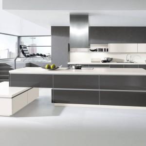 Nowoczesna kuchnia z programu Alnoart Pro. Szare fronty w połysku ładnie łączą się z elementami w kolorze białym oraz z szarą ścianą. W otwartym wnętrzu będzie prezentowała się doskonale. Wycena indywidualna, Alno.