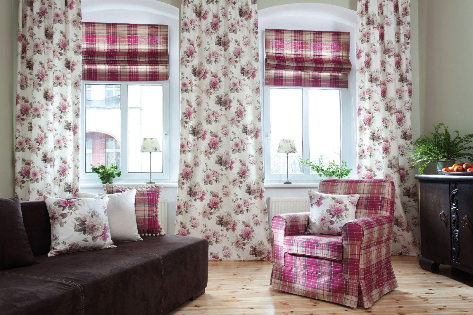 Roleta rzymska z tkaniny z kolekcji Mirella - duet z zasłonami to idealny pomysł do dekoracji dużego pokoju dziennego. Fot. Dekoria.