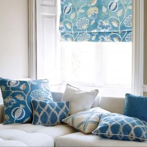 Niebieska roleta rzymska w parze z poduszkami z tkaniny z tej samej kolekcji. Fot. Jane Churchill.