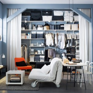 Wysokie regały można w razie potrzeby zasłonić - będzie wygodniej i ładniej. Fot. IKEA.