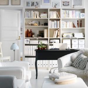 Powierzchnia ścian wykorzystana maksymalnie. Mebli jest sporo - dzięki stworzeniu strefy wypoczynkowej nie mamy jednak wrażenia bałaganu i nadmiaru. Fot. IKEA.