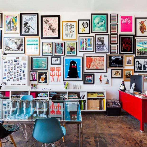 Jak powiesić obrazy i zdjęcia na ścianie? Inspirujące pomysły, duża galeria