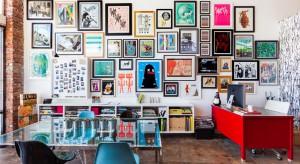 Szukasz pomysłu na nudną ścianę za kanapą, w przedpokoju lub w sypialni? Dzisiaj polecamy modną i efektowną ścianę z ramek i obrazów. Możesz zrobić ją sam! Zobacz nasze pomysły na aranżację.