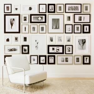 Ramki różnej wielkości w czerni, bieli i beżach - pomysł do nowoczesnych wnętrz. Fot. Picturewall.com.
