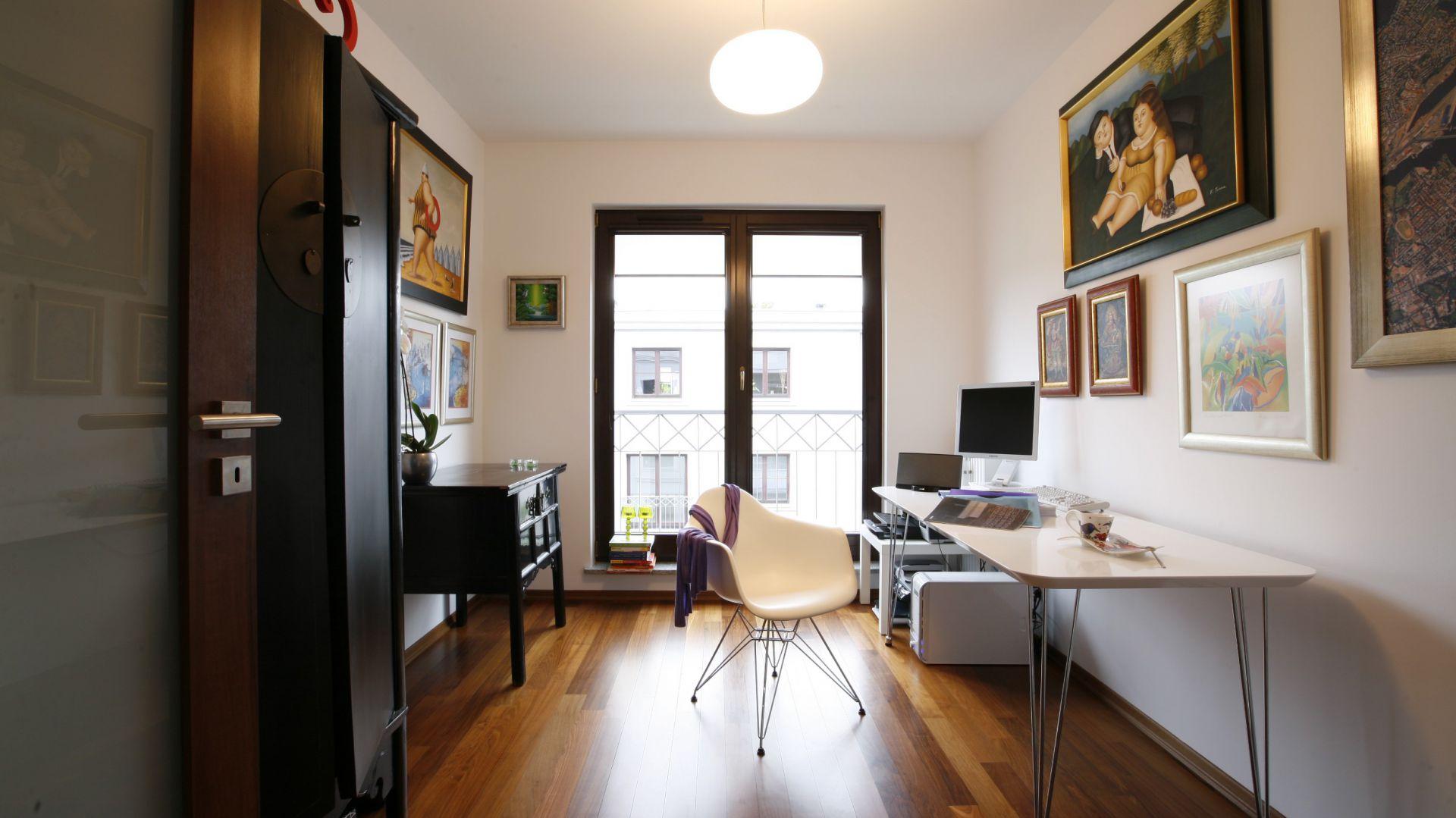 Elegancki charakter domowego gabinetu podkreślają liczne dzieła sztuki. Fot. Marcin Onufryjuk.