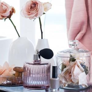 Pastelowa buteleczka na perfumy z formowanego szkła, wykonana z plastiku i metalu. Wysokość 12 cm, średnica 8 cm. Fot. H&M Home.