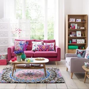 Salon z charakterem. Piękne aranżacje w różowym kolorze
