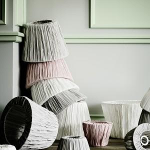 tekstylne klosze Hemsta wprowadzą do sypialni rozproszone, dekoracyjne oświetlenie.Klosz dostępny w trzech kolorach. Fot.Ikea.
