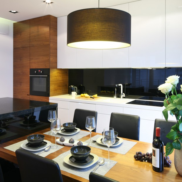 Kuchnia w czerni i bieli: otwarta na salon