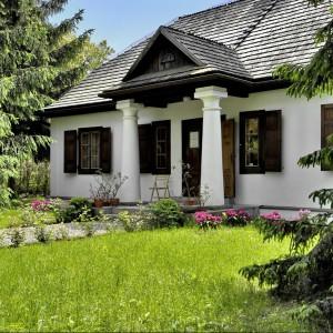 Dwór Wincentego Pola - drewniany, parterowy, na planie kwadratu, z gankiem opartym na toskańskich kolumnach. Fot. Lubelskie