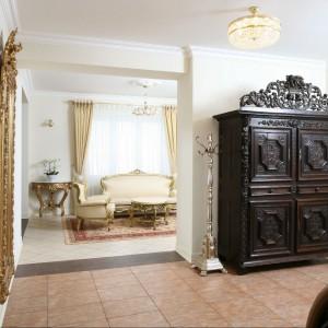 Gospodarz to wielki miłośnik antyków. Przestronny korytarz stylistycznie nie odbiega od reszty pomieszczeń, tu również spotkamy zabytkowe meble i dodatki. Fot. Bartosz Jarosz.