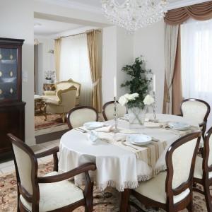 Sstół i krzesła Jaffra, dywan Dywilan, dekoracje okienne wykonane na zamówienie, Patussa, żyrandol Elite Bohemia. Fot. Bartosz Jarosz.