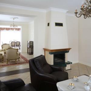 Salon płynnie łączy się z salonikiem kawowy, który znajduje się tuż obok. Sofa i fotele to marka Rad-pol. Fot. Bartosz Jarosz.