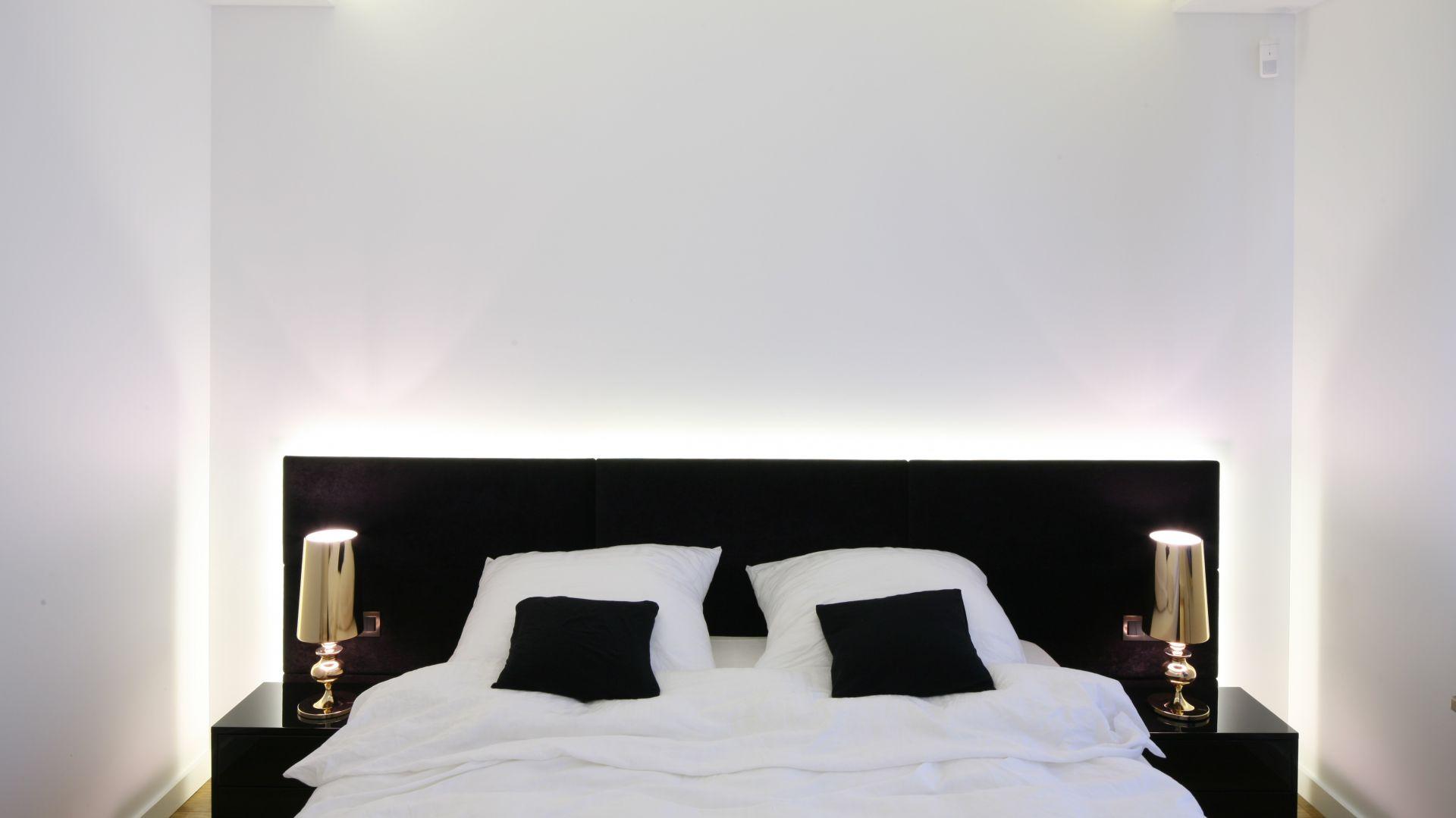 Złote lampki nocne stanowią ozdobę niewielkiej sypialni. Proj. Agnieszka Hajdas - Obajtek. Fot.Bartosz Jarosz.