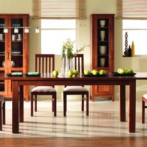Inspirowana naturalnymi barwami kolekcja Natural Collection to przede wszystkim klasyczne rozwiązanie dla osób poszukujących efektownych, a zarazem funkcjonalnych rozwiązań. Meble w całości wykonane są z drewna. 5.685,60 zł (witryna podwójna), 4.644 zł (stół rozkładany), 774 zł (krzesło), Unimebel.
