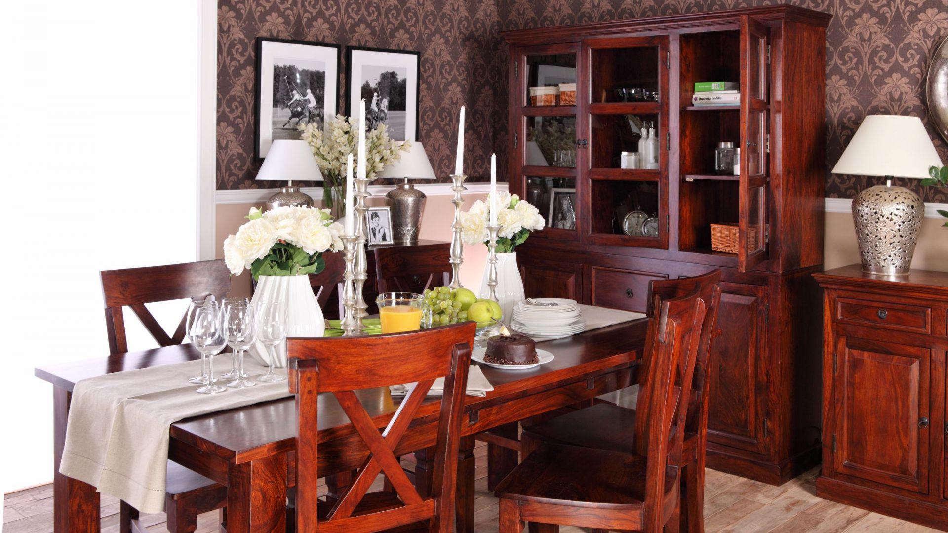 Kolonialna kolekcja mebli wykonana z palisandru indyjskiego – drewna wytrzymałego i o pięknym rysunku. Ciepła barwa mebli, ich stylistyka, połączona z metalowymi dodatkami tworzą niezwykle ciekawy i przyjemny wystrój jadalni. 4.390 zł (kredens), 390 zł (krzesło), 1.990 zł (rozkładany stół), 1.990 zł (komoda 96 cm, po lewej stronie zdjęcia), 2.890 zł (komoda 150 cm, (po prawej stronie zdjęcia), Sharda Home/Park Handlowy Janki.
