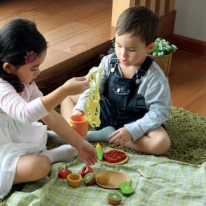 Z drewna powstają nie tylko klocki, ale i całe zastawy akcesoriów kucharskich. Fot. Plan Toys.